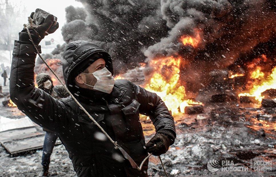 Участник акций в поддержку евроинтеграции Украины на улице Грушевского в Киеве