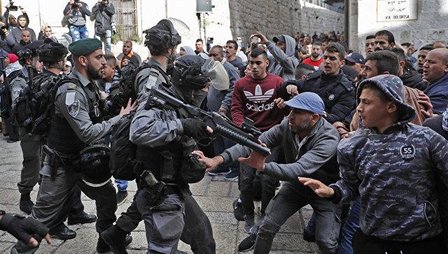 Столкновения палестинских протестующих с сотрудниками правоохранительных органов Израиля. Архивное фото