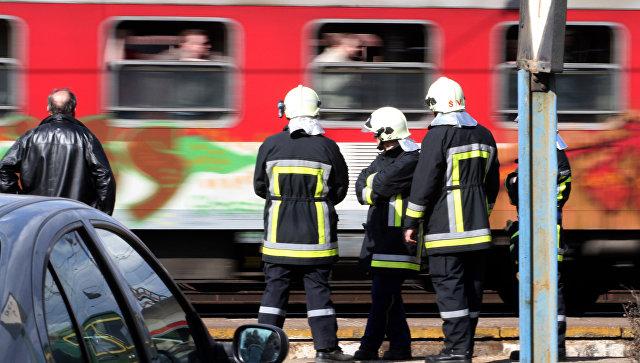 Работники пожарных служб на железнодорожных путях в Словакии