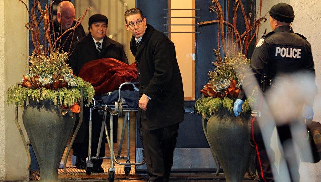 Канадская полиция вывозит из особняка миллиардера Бернарда Шермана, погибшего при подозрительных обстоятельствах, одно из двух найденных там тел. 15.12.17