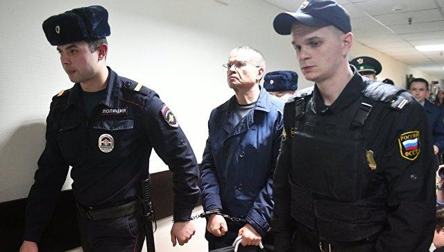 Экс-министр экономического развития Алексей Улюкаев после оглашения приговора в Замоскворецком суде Москвы. Архивное фото