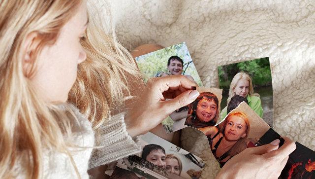 Девушка рвет фотографию