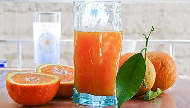 Сок и фрукты. Архивное фото