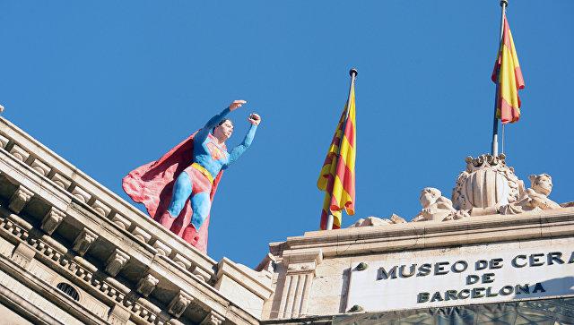 Флаги Каталонии и Испании на музее в Барселоне. Архивное фото