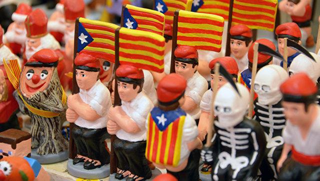 Глиняные фигурки с флагами Каталонии. Архивное фото