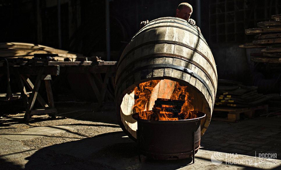 Процесс обжига бочки в бондарном цехе «Массандры». Обжиг влияет на аромат вина - под действием огня древесина меняет структуру, содержащийся в ней сахар карамелизируется, высвобождаются некоторые ароматические компоненты, которые впоследствии проявятся в вине оттенками ванили, кофе, тостов, специй.