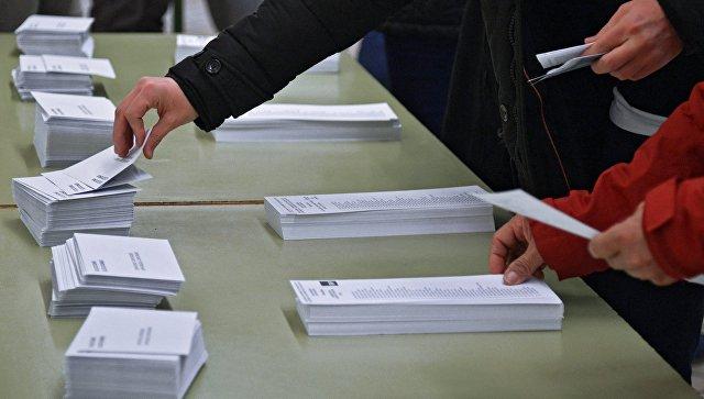 Избиратели во время голосования на избирательном участке на внеочередных выборах в парламент Каталонии. 21 декабря 2017