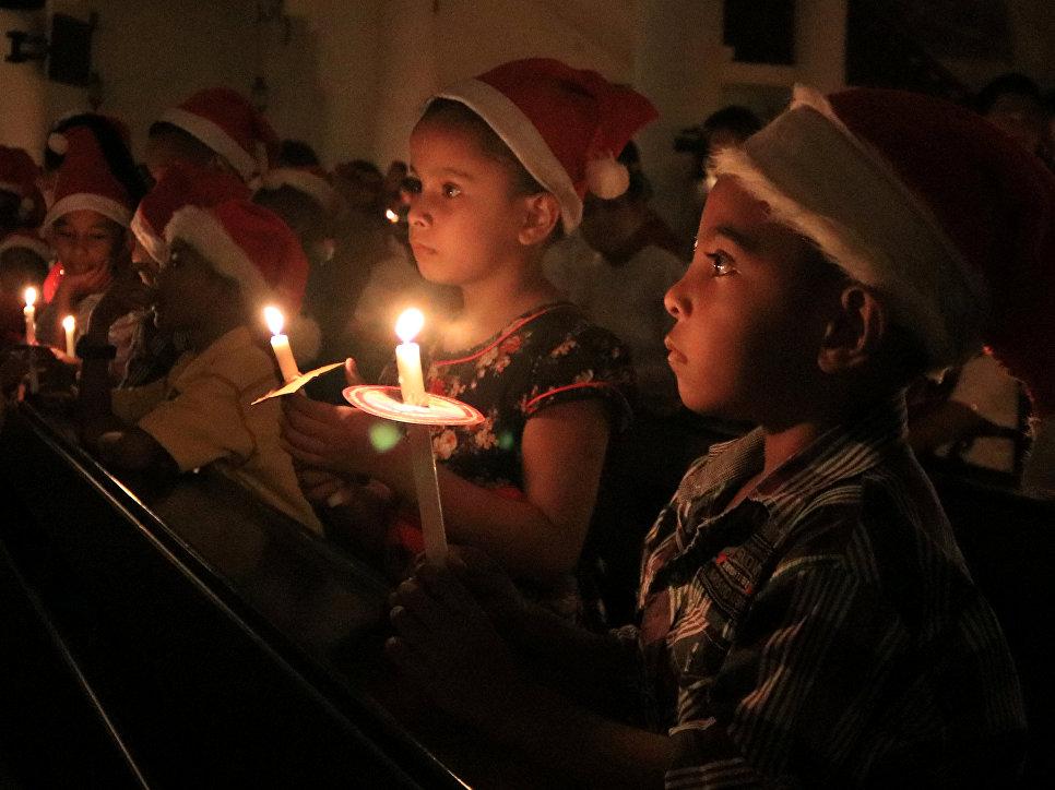 Молитва в канун Рождества в Амбоне, Индонезия