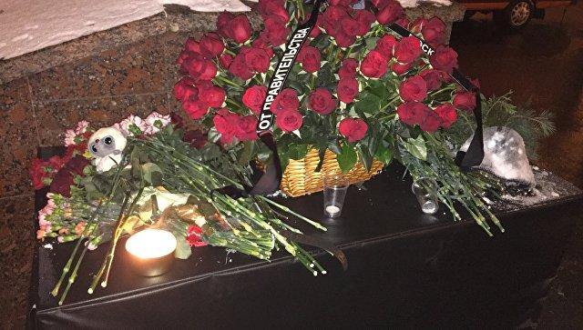 Москвичи принесли цветы кместу трагедии наСлавянском бульваре