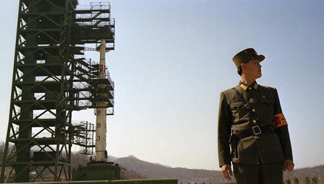 Северокорейский военнослужащий на космодроме Сохэ в провинции Пхёнан-Пукто, КНДР