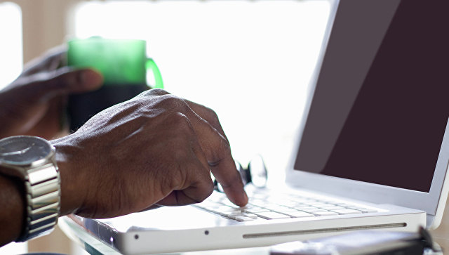 Мужчина сидит за компьютером. Архивное фото