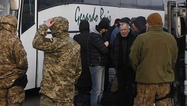 Бывшие пленные навертолетах отправлены изДонбасса вХарьков— Порошенко
