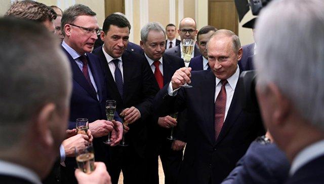 Путин пообщался сдетьми, водившими хоровод вокруг елки наСоборной площади