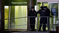 Сотрудники полиции у входа в магазин Перекресток в Санкт-Петербурге, где произошел взрыв. 27 декабря 2017