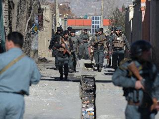 Полицейские рядом с местом нападения террористов-смертников в Кабуле. Архивное фото