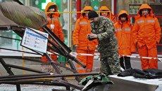 Сотрудник правоохранительных органов на месте наезда пассажирского автобуса на остановку на Сходненской улице в Москве. 29 дкабря 2017