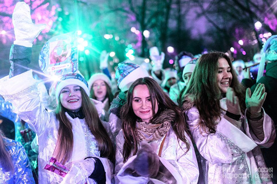 Участницы парада Снегурочек на Тверском бульваре в Москве