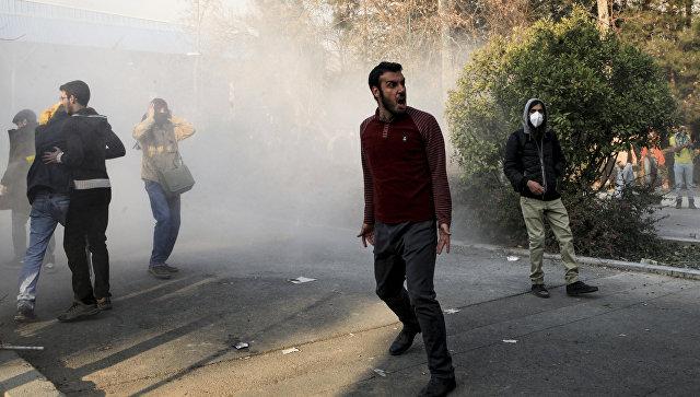 Иранские студенты во время протестов в Тегеране. 30 декабря 2017