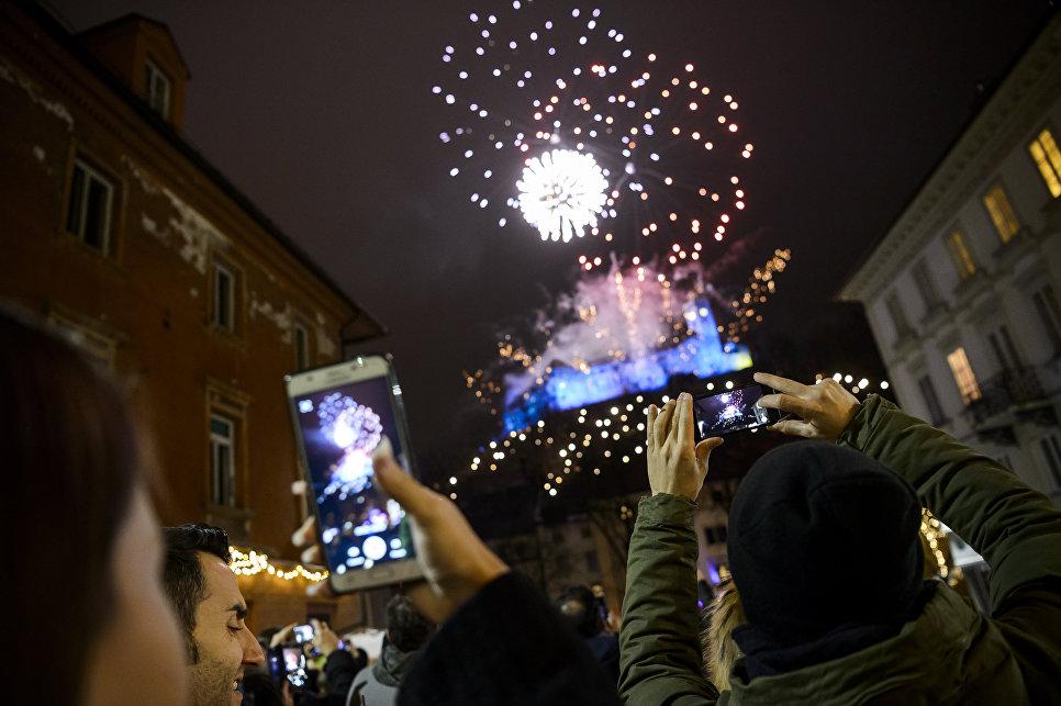 Праздничный салют во время празднования Нового года в Любляне, Словения. 1 января 2018