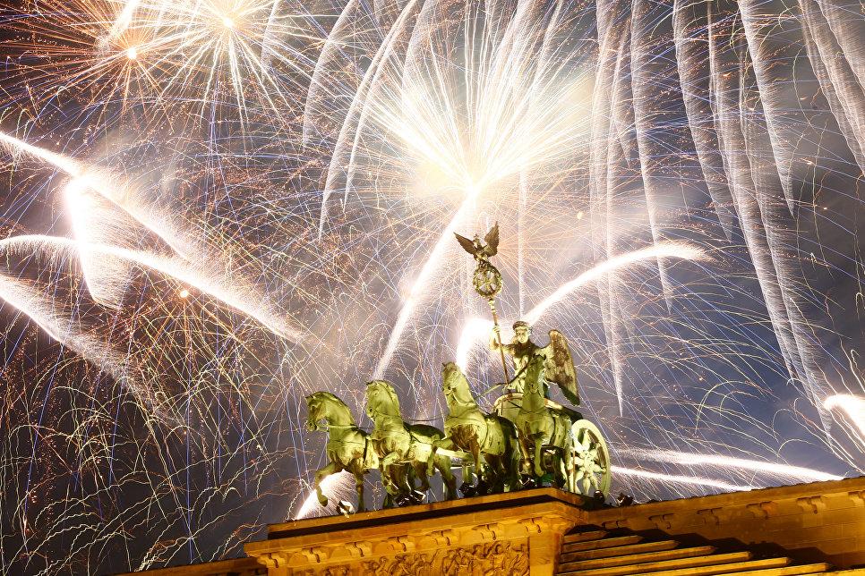 Праздничный салют над Бранденбургскими воротами во время празднования Нового года в Берлине, Германия. 1 января 2018