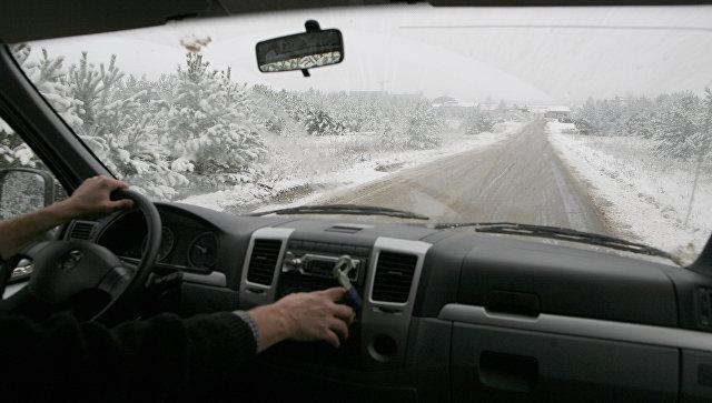 Водитель за рулем автомобиля. Архивное фото