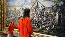 Посетители у картины Василия Верещагина После атаки. Перевязочный пункт под Плевной в Третьяковской галерее