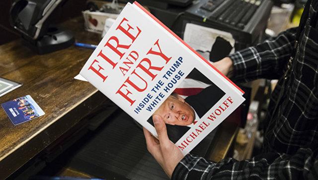 Продавец с книгой Огонь и ярость: внутри Белого дома Трампа в магазине Barnes & Noble в Филадельфии, США. 5 января 2018