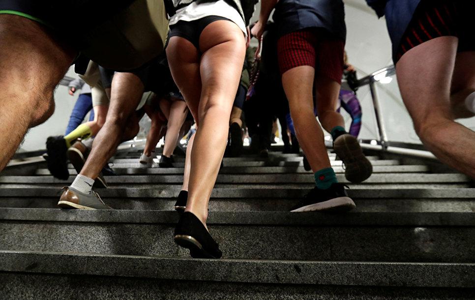 Участники флешмоба В метро без штанов в Праге