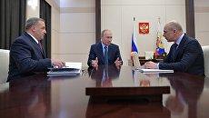 Владимир Путин, министр финансов РФ Антон Силуанов и глава МЧС Владимир Пучков во время встречи. 9 января 2018