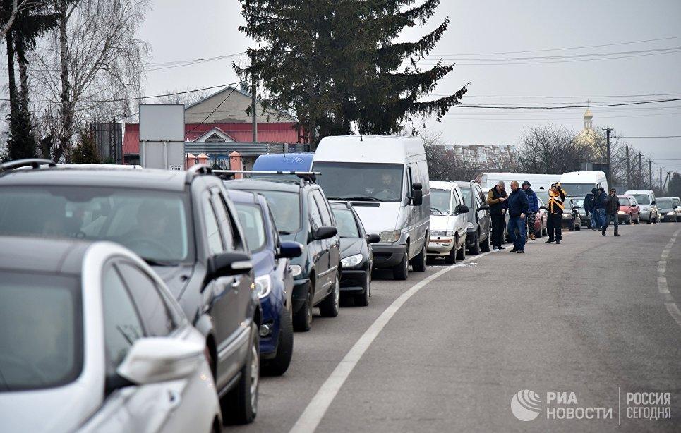 Автомобили на границе между Украиной и Польшей во время акции протеста против ужесточения таможенного контроля. 10 января 2018
