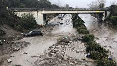 Автомагистраль США 101 затоплена сточной водой из Монтесито-Крик в Монтесито, Калифорния, США. Архивное фото
