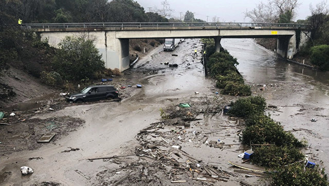 Автомагистраль США 101 затоплена сточной водой из Монтесито-Крик в Монтесито, Калифорния, США. 9 января 2018