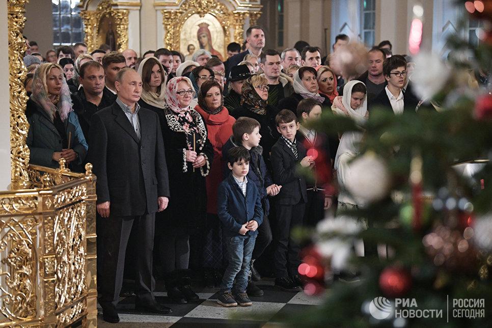 Президент РФ Владимир Путин во время Рождественского богослужения в церкви святых и праведных Симеона Богоприимца и Анны Пророчицы в Санкт-Петербурге