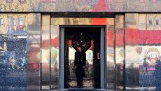Почетный караул у входа в Мавзолей Ленина в Москве. Архивное фото