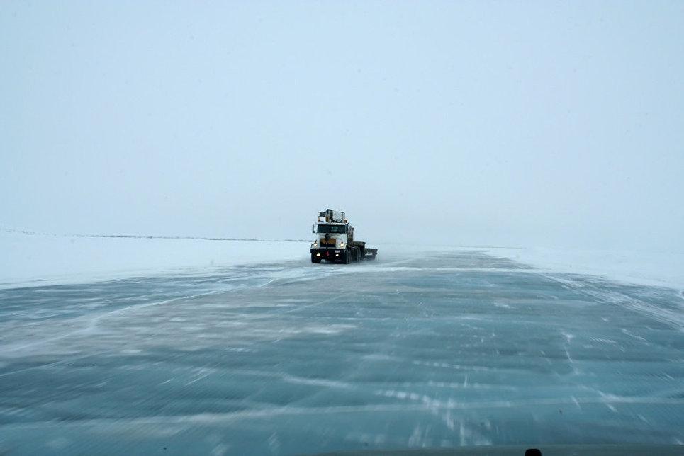Ледяная дорога Тактояктук в Канаде