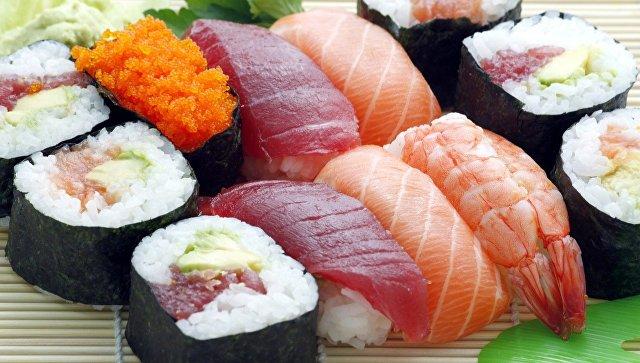 В США любитель суши вытащил из себя полутораметрового червя