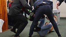 Охранники и нападавшая на действующего главу государства Милоша Земана на избирательном участке в Праге. 12 января 2018