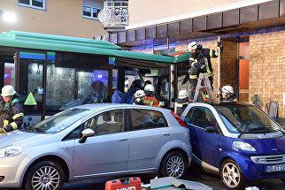 Школьный автобус врезался в стену жилого дома в немецком городе Эбербах