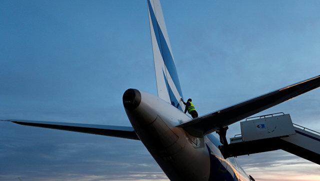 Сотрудник технической службы осматривает поврежденный самолет в аэропорту Митига в Триполи после вооруженного нападения