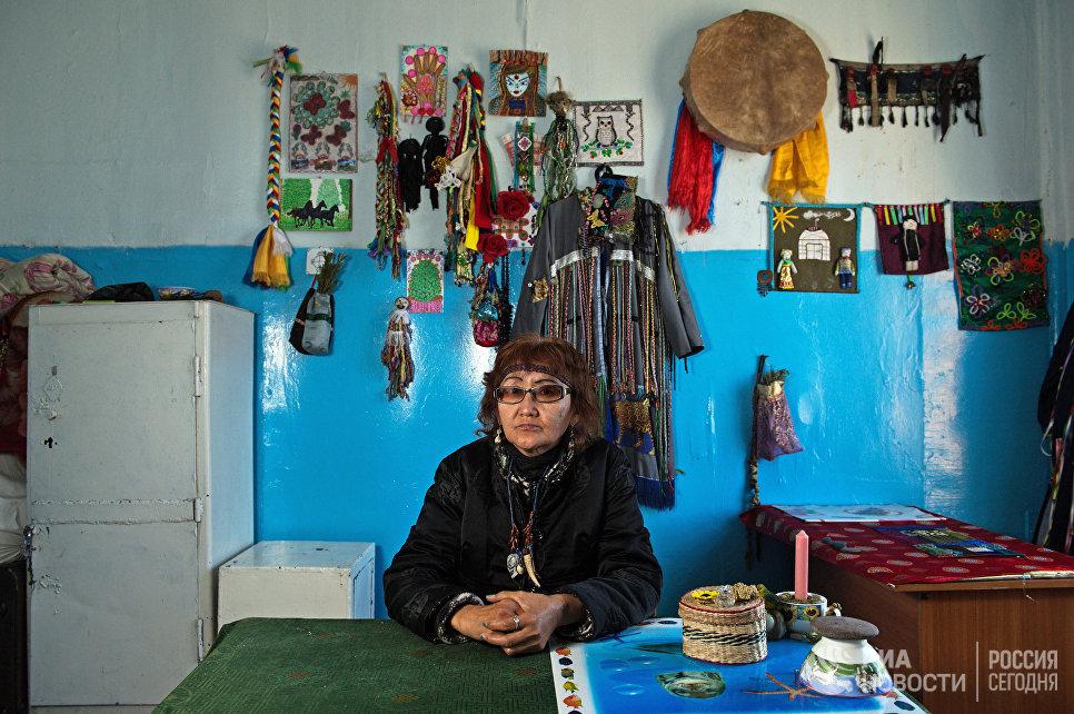 Шаманка Нина Сарыглар в своем кабинете в здании шаманского общества Адыг-Ээрен (Дух медведя) в Кызыле.