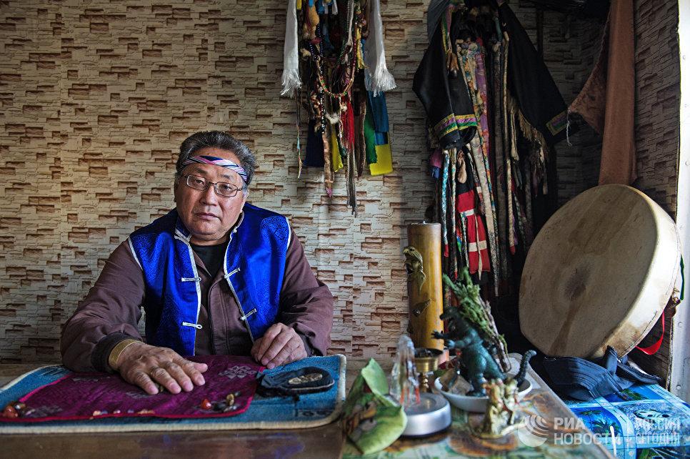 Шаман Вячеслав Арапчор в своем кабинете в здании шаманского общества Дунгур в Кызыле.
