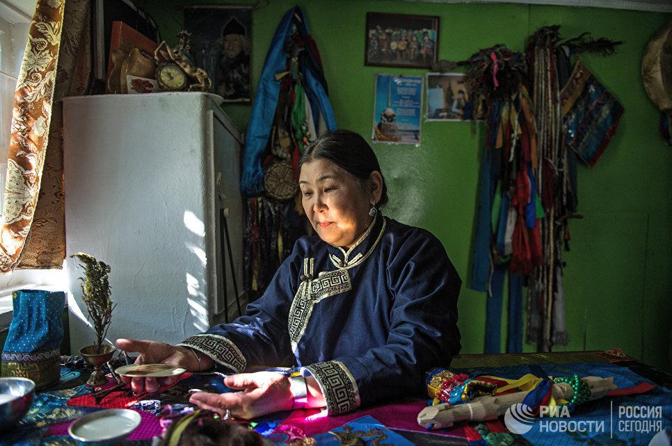 Председатель шаманского общества Дунгур Сара Каадыр-ооловна Сарыг-оол в своем кабинете в Кызыле.