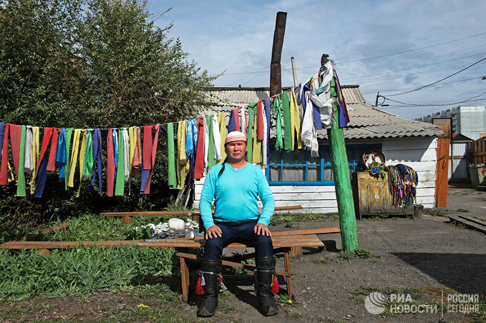 Шаман Дугер Хомушку во дворе шаманского общества Дунгур в Кызыле.