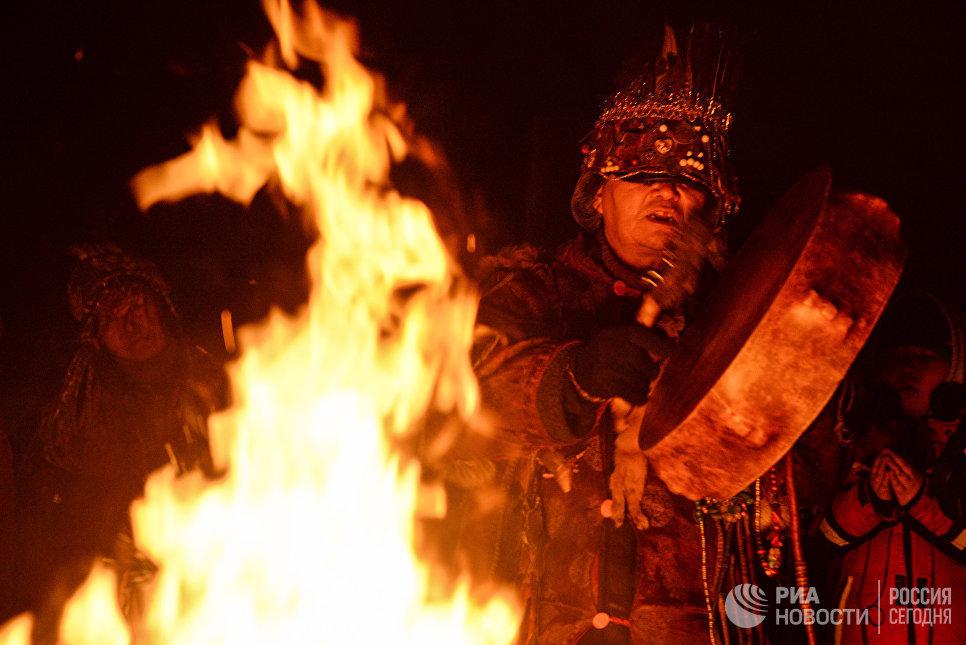 Участник шаманского общества Дунгур во время обряда провода старого года, накануне встречи Шагаа (Нового года по лунному календарю) в Кызыле.