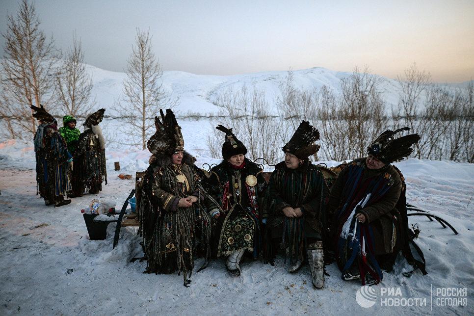Шаманы во время встречи солнца, первые лучи которого означают наступление Шагаа (нового года по лунному календарю) в национальном парке культуры и отдыха, на берегу Енисея в Кызыле.