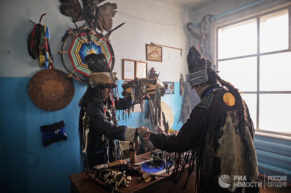 Шаманы общества Адыг-Ээрен (Дух медведя) в одной из комнат дома, который занимает шаманское общество в Кызыле.