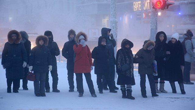 Местные жители на одной из улиц города Якутск. Январь 2018