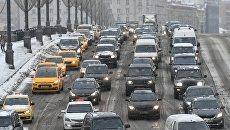 Автомобильное движение во время снегопада. Архивное фото