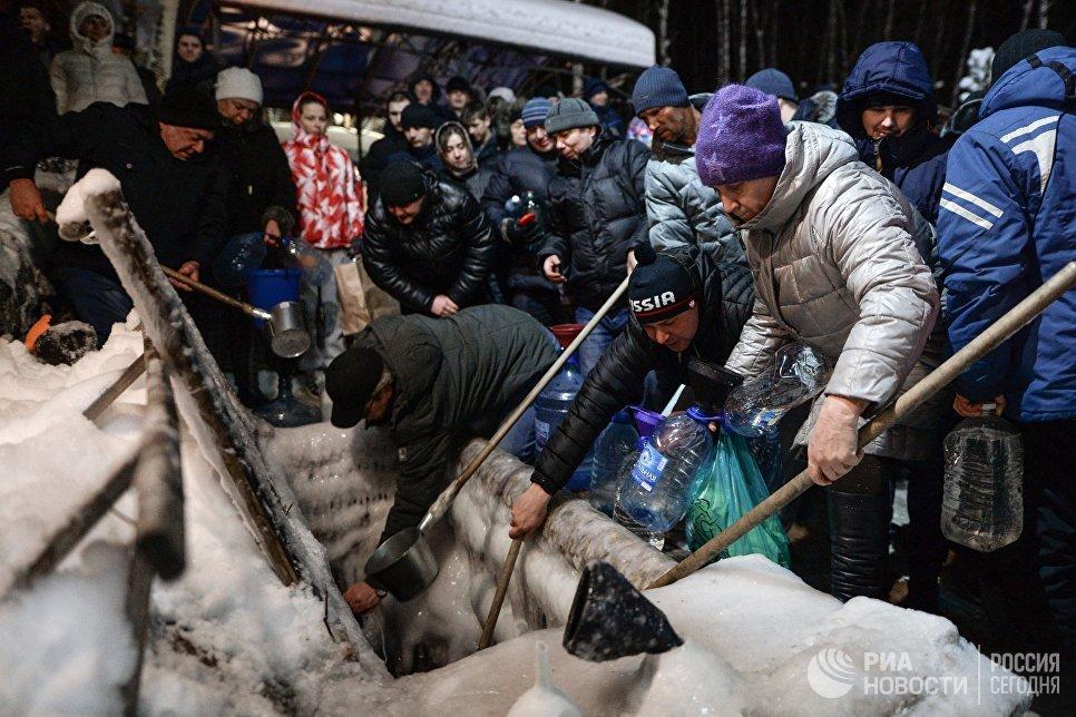 Верующие в Крещенский сочельник набирают святую воду на источнике Святой ключ в Искитимском районе Новосибирской области