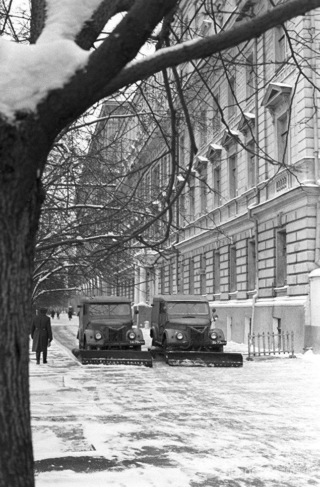 Механизированная уборка улиц в Краснопресненском районе Москвы